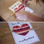 Вырежь из цветной плотной бумаги полоску, раздели ее на две части.Сложи плотный лист белой бумаги пополам – это ваша будущая открытка, а к лицевой части приклей флажок и сердце