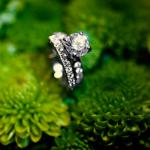 Обручальное кольцо с ослепительным бриллиантом - идеальный вариант для невесты.