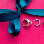 Три замечательных кольца на  малиновом фоне.