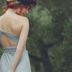 Идеальный вариант - платье с открытой спиной