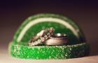 Обручальное кольцо на зеленой конфете