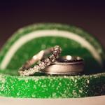 Зеленый фон подчеркивает красоту обручальных колец