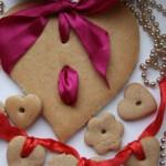 Остывшее печенье можно покрыть разноцветной сахарной глазурью и кондитерскими присыпками. Самое большое сердце укрась атласным бантом и подари жениху вместе с кофе в постель.