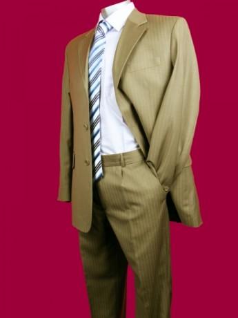 Коричневато-бежевый костюм жениха