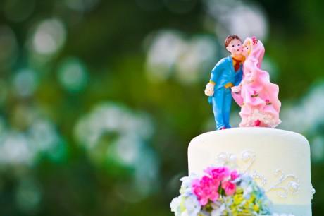 История фигурок жениха и невесты на торте