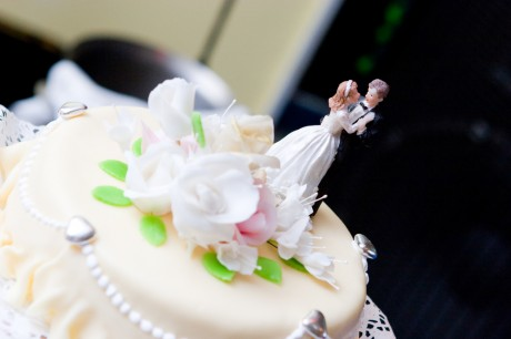 Фигурки молодоженов на торте