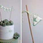 Светло-зеленые розы и элегантные флажки на свадебном торте