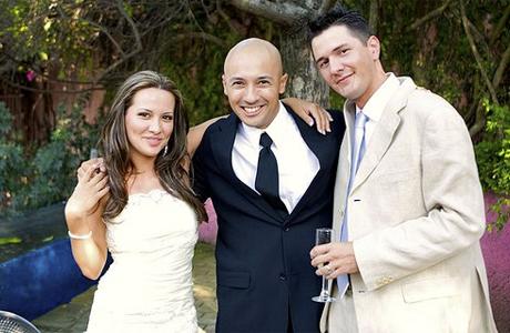 Свадебный распорядитель с молодоженами
