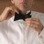 Протолкни сложенный правый конец достаточно далеко, чтобы «посадить» его на место. Расправь галстук-бабочку обеими руками.