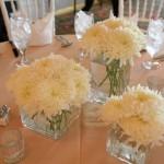 Поставь цветочные ансамбли в стеклянные квадратные вазочки