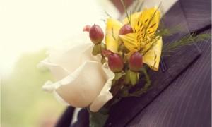 Бутоньерка из белых и желтых роз