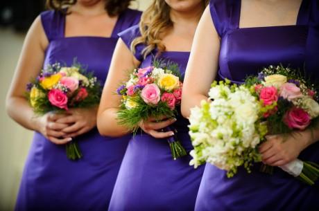 Ее наряд должен сочетаться с нарядами подружек невесты.