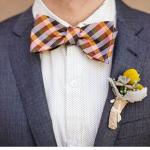 Женихам, которые подобрали оригинальный свадебный образ, подойдет клетчатая бабочка
