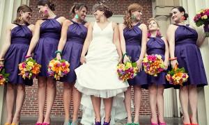 Полностью одинаковые платья, но разнообразные аксессуары и прически