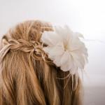 Приколоть к свадебной прическе белоснежный цветок - отличный выбор