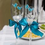 Роспись на бокалах тематически и в цвете соответствует стилю свадьбы