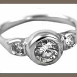 Ты можешь остановить свой выбор на обручальном кольце из белого золота с 3 бриллиантами