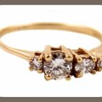 Очень оригинально смотрится на ручке невесты обручальное кольцо из желтого золота с 4 бриллиантами