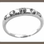 Ты можешь выбрать колечко из белого золота с 5 небольшими бриллиантами
