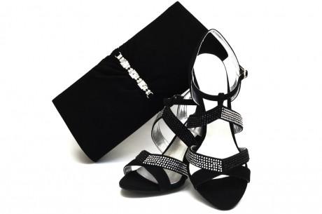 Сумочка и туфли традиционного черного цвета