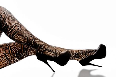 Черные колготки и черные туфли на шпильках