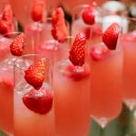 Добавь в шампанское немного клубничного сока и укрась ягодкой