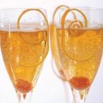 В шампанское можно добавить еще и спиральку из цедры апельсина: для красоты и вкуса