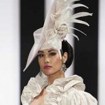Белый цвет, длинные перья и несколько цветов - аксессуар для невесты-охотницы