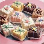 Пирожные в виде подарков