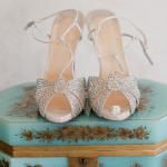 Для романтичной новобрачной серебристые босоножки на свадьбу