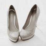 Если ты беспокоишься по поводу маленького роста, смело обувай серебристые туфельки на платформе