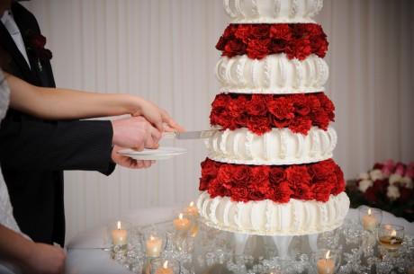 Разрезание свадебного торта
