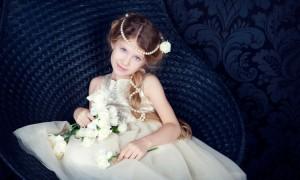 Маленькая девочка на свадьбе