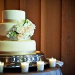 Цветы - идеальное дополнение к свадебному торту