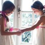 Под светлое платье подойдут яркие аксессуары в тон: пояс и браслет из цветов, а также лента для волос