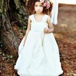 Цветы могут стать украшением не только для прически невесты, но и ее юной гостьи