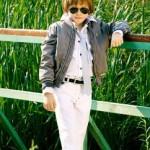 Модные очки, серый галстук и белые брюки - будущий покоритель сердец