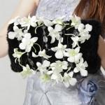 Черная муфта, украшенная белыми цветами