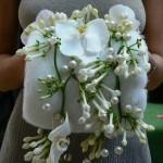 Муфта невесты украшена цветами