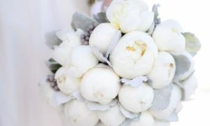 whimsical-wedding-flowers-white-peony-bridal-bouquet__full-carousel
