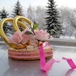 Традиционные кольца на авто можно украсить цветами