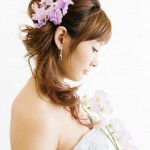 Роскошные цветы в прическе невесты