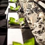 Черно-белые скатерти можно разбавить цветными деталями
