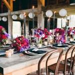 На массивных деревянных столах лучше смотрятся маленькие детали, чем объемные тканевые скатерти