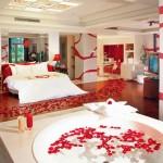 Кровать, джакузи и россыпь красных лепестков