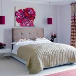 Яркая картина над кроватью - лаконично и красиво