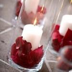 Красные лепестки роз лучше всего гармонируют с простыми белыми свечами