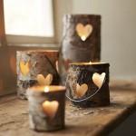 Подсвечник из коры украшен символическими сердцами