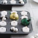 Поднос со свечами можно декорировать тематическими игрушками