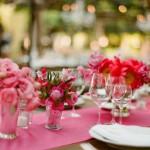 Расставь букеты розовых цветов по вазочкам и баночкам